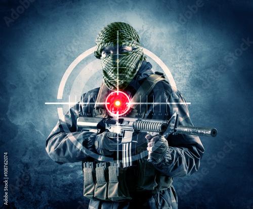zamaskowany-terrorysta-z-celownikiem-laserowym-na-ciele