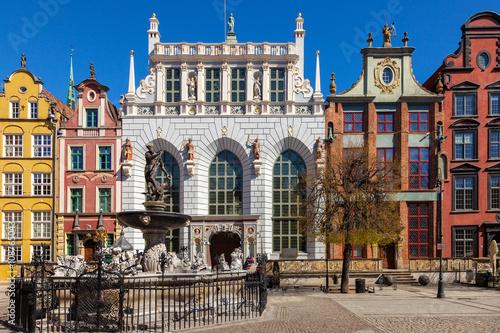 Obraz Dwór Artusa z fontanną Neptuna w Gdańsku - fototapety do salonu
