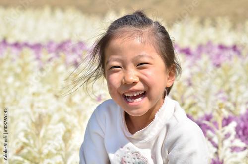 Fotografia  花畑で笑う女の子