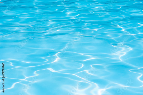 Foto-Stoff - Beautiful Gentle wave in swimming pool with sun reflection (von peangdao)
