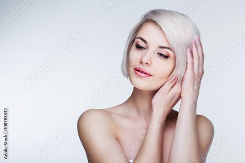 Fotografía blond model with brown eyes
