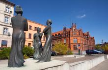 """Pomnik """"Trzy Gracje"""" Oraz Zabytkowy Budynek Poczty Na Bulwarze Nad Brdą, Bydgoszcz, Polska Sculpture And Main Post Office Building In Bydgoszcz, Poland"""