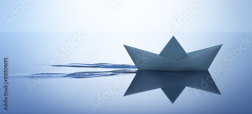 Fotografia  Papierschiffchen in ruhigem Wasser 1