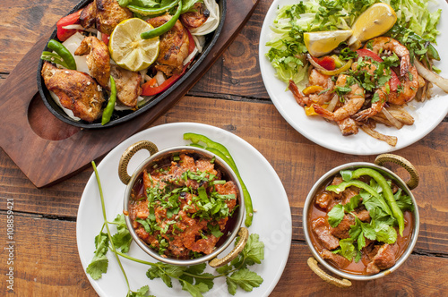 Fotografía  Selection of curry dishes with meat and prawns