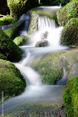 Fototapety, obrazy: Gebirgsbach, kleiner Wasserfall, Wasser, Felsen, natürlich, Moos, Langzeitbelichtung, Wildnis