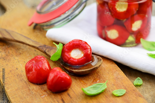Recess Fitting Appetizer Gefüllte Kirschpaprika mit Frischkäse