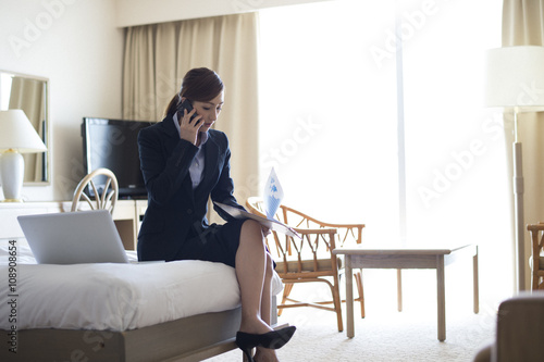Business Woman talking on the smartphone in a room of the hotel Canvas-taulu
