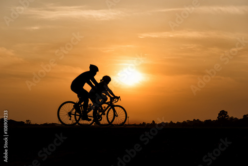 Foto op Plexiglas Fietsen Silhouette of cycling on sunset background