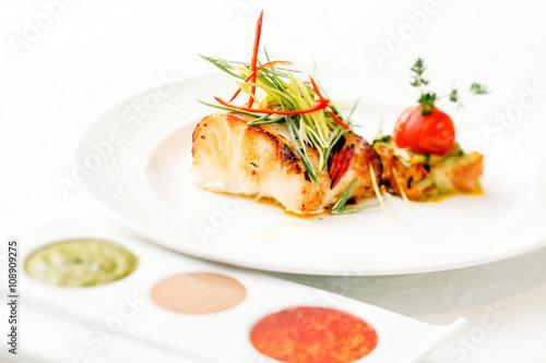 Deurstickers Klaar gerecht grilled fish with vegetables