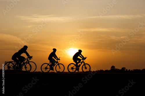 Fotobehang Fietsen Silhouette of cycling on sunset background