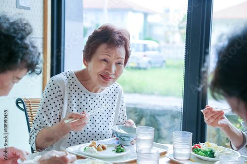 Foto op Plexiglas Kruidenierswinkel 楽しく食事をしている高齢者女性