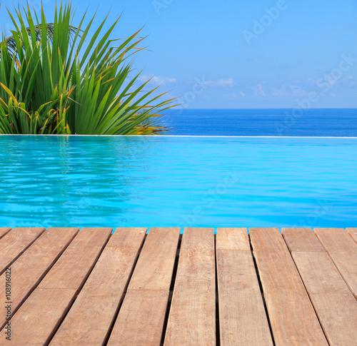 Fotografie, Obraz  piscine à débordement avec vue sur l'océan.