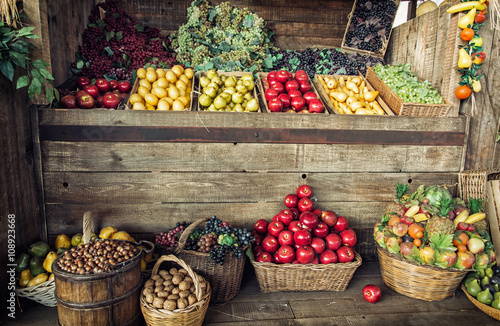 Poster Opspattend water Various fresh fruits in the wicker baskets and crates