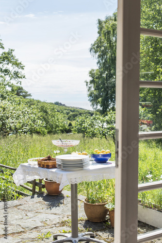 Papiers peints Jardin Table set in garden