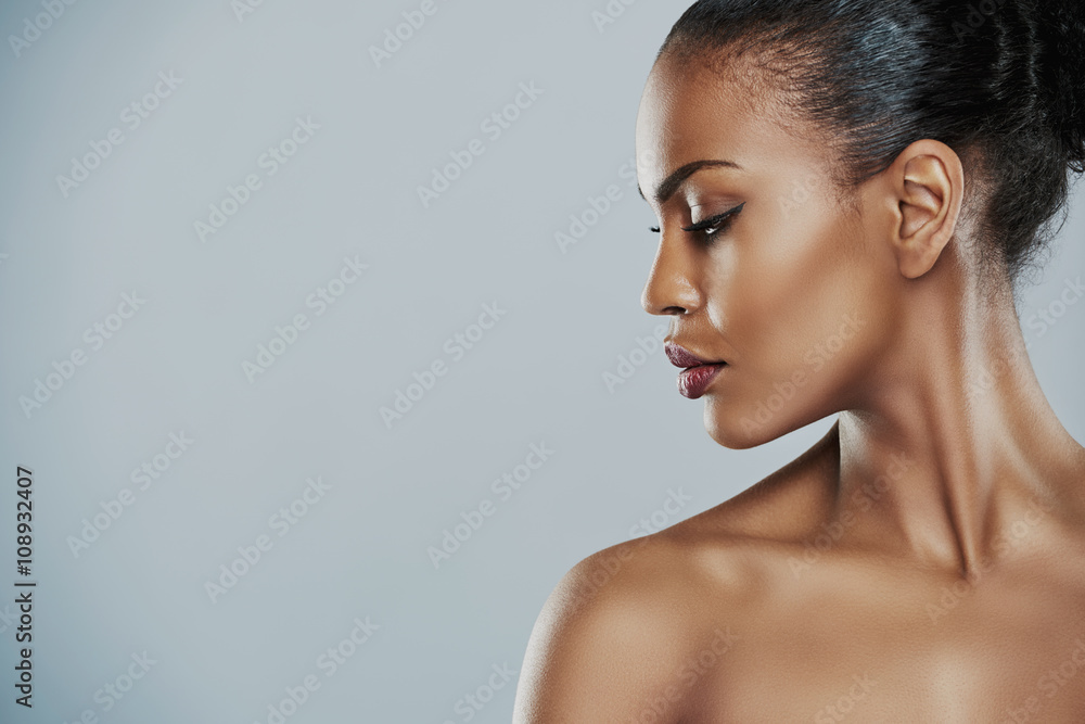 Fototapety, obrazy: Woman looking sideways over gray background