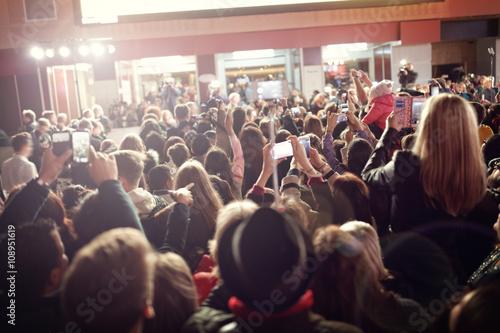 Tłum i fani podczas premiery filmu na czerwonym dywanie