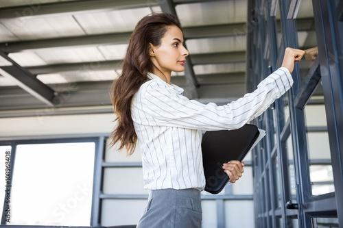 Foto Businesswoman knocking on door
