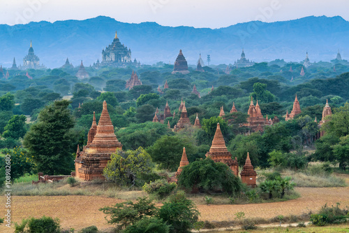 Photo  group of ancient pagodas at the scenic sunrise at bagan myanmar