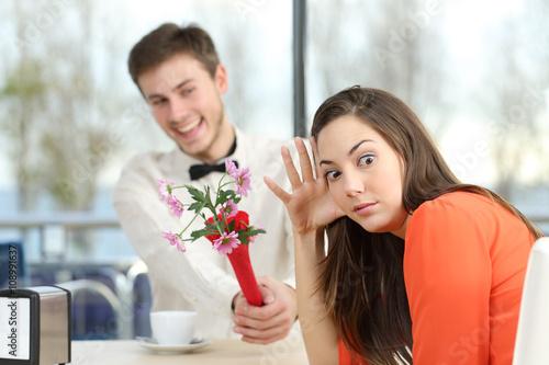 Fotografia, Obraz  Woman rejecting a geek boy in a blind date