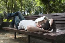 公園のベンチで昼寝を...
