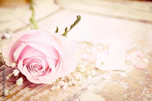 Foto  rosa Rose mit Herz - Nostalgisch - Glückwunschkarte