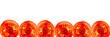 Tomatenscheibenreihe vor weiß