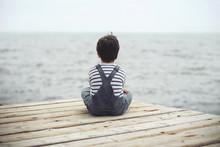 Niño Pensativo Mirando El Mar