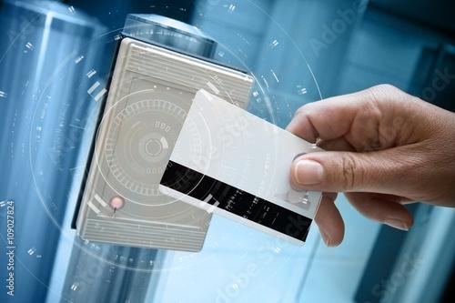 Photo badge sécurité accès vigipirate portillon détecteur identit
