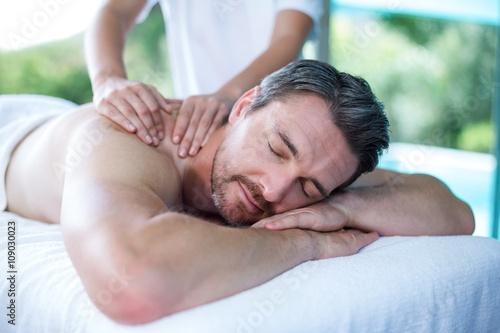 Obraz na plátně  Muž obdrží masáž zad od maséra