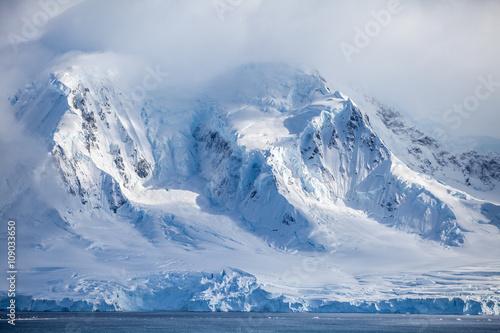 Papiers peints Arctique Landscapes Antarctica beautiful snow-capped mountains against the cloud sky