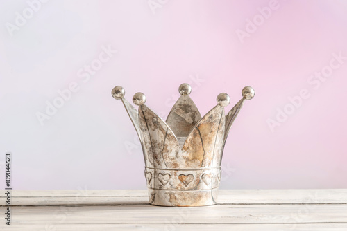 Królewska korona na różowym tle