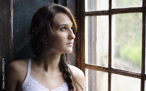 девушка у окна Billede på lærred