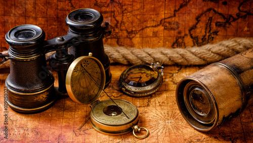 starego-rocznika-retro-kompas-i-spyglass-na-antycznym-swiecie