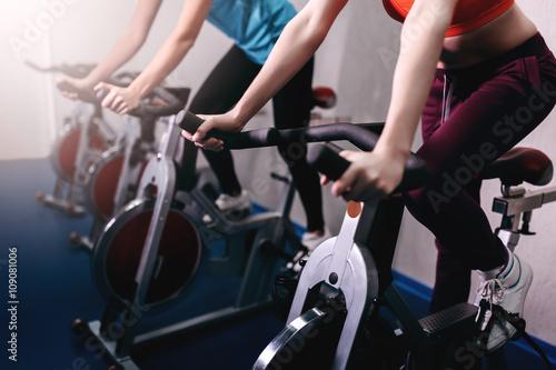 Fotografia  Kobieta na rowerze wykonywania fitness w pomieszczeniach