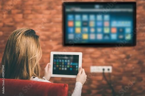 Fotografía  Primer plano de una tableta está conectada a un televisor inteligente