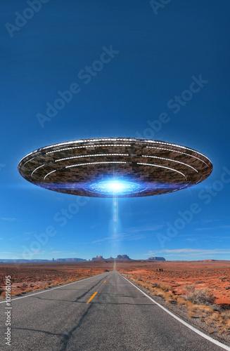 Plakat UFO na pustynnej autostradzie