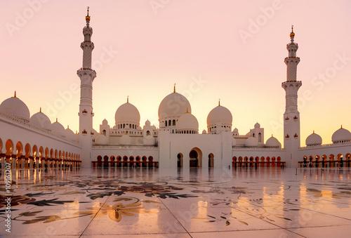 In de dag Abu Dhabi Sheikh Zayed Grand Mosque at dusk in Abu Dhabi, UAE