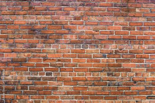 wyblakly-mur-z-cegly
