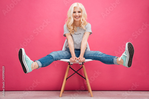 Fotografía  Funny blonde woman sitting on the chair
