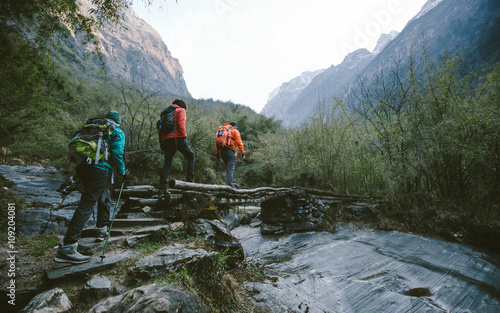 Group of trekkers cross the bridge Fototapet