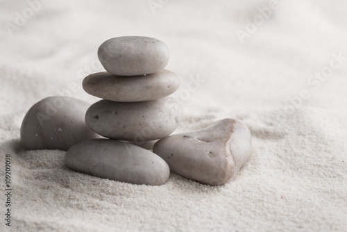 Photo sur Plexiglas Zen pierres a sable zen stones on the sand