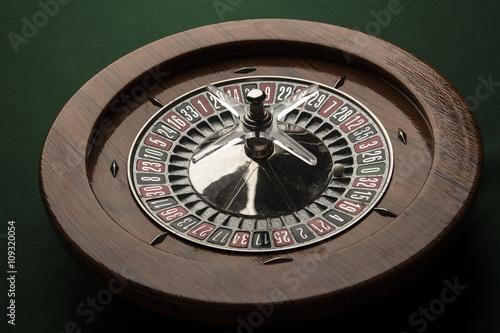 Fotografie, Obraz  panoramica di Roulette in legno intera su tavolo verde con pallina bianca sullo