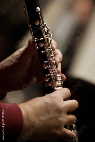 La pose en embrasure Musique Human hands playing a clarinet closeup