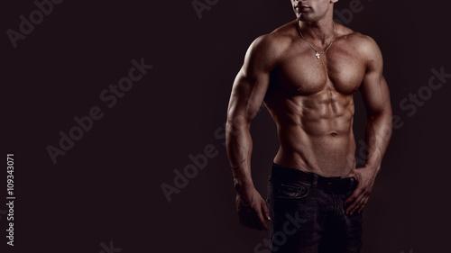 Fotografía  Shirtless young man