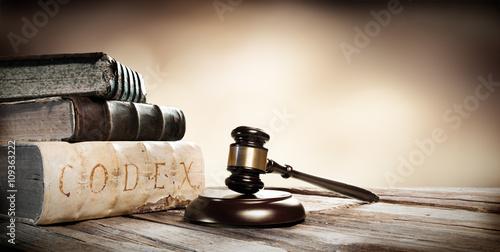 mlotek-i-starozytne-ksiazki-na-drewnianym-stole