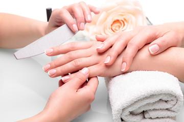 Fototapeta Do salonu kosmetycznego Piękne dłonie z manicure francuski