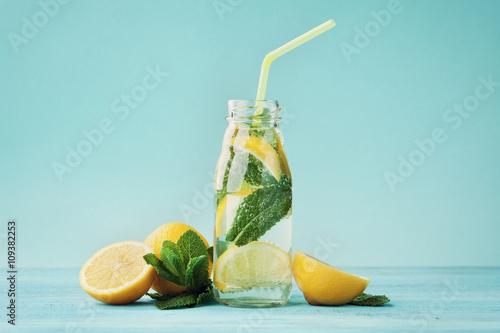 Photo  Lemonade drink of soda water, lemon and mint leaves in jar on turquoise backgrou