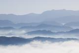 Góra i mgła przy Khao Kai Nui, Phangnga Tajlandia - 109392803
