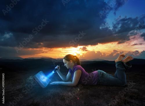 Fotografía  La lectura de la Biblia en la noche