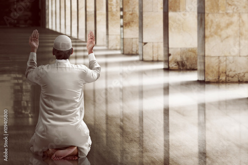 Photo  Religious muslim man praying